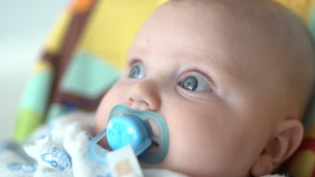 vídeos de stock, filmes e b-roll de menino bonito na cadeira - olhos azuis