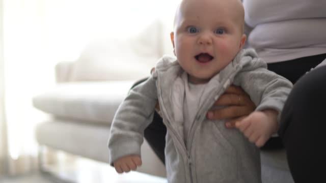 vidéos et rushes de bébé mignon étant porté à la maison - nurse