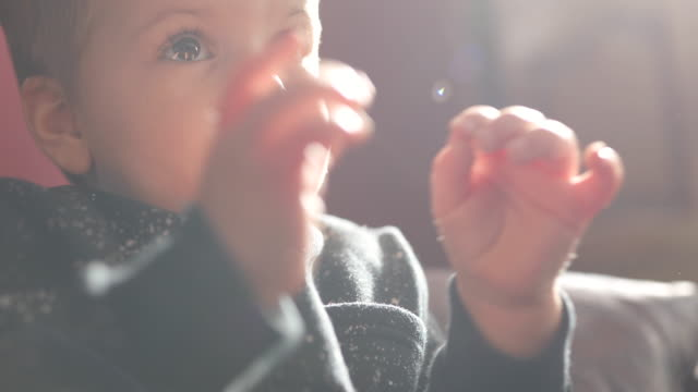 vídeos de stock e filmes b-roll de cute baby boy clapping to something he's seen on tv - aplaudir
