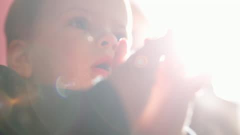 söt baby boy klappar till något han har sett på tv - applådera bildbanksvideor och videomaterial från bakom kulisserna