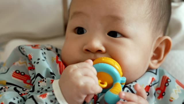 söt pojke äter vattenmelon hemma - 6 11 månader bildbanksvideor och videomaterial från bakom kulisserna
