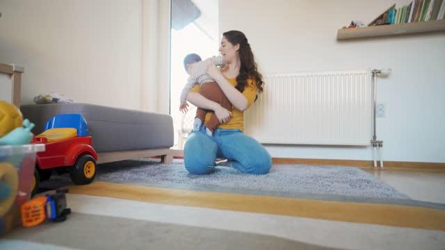 vidéos et rushes de bébé mignon faisant ses premiers pas à sa mère - commencement