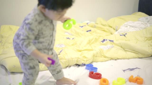 vídeos de stock, filmes e b-roll de menino bonito brincar com brinquedos de plástico - só um bebê menino
