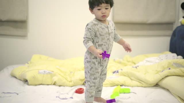 vídeos de stock, filmes e b-roll de menino bonito brincar com brinquedos de plástico - bebês meninos