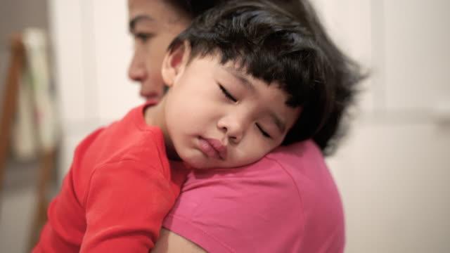 vídeos de stock e filmes b-roll de cute baby boy resting on her shoulder and sleeping - articulação humana