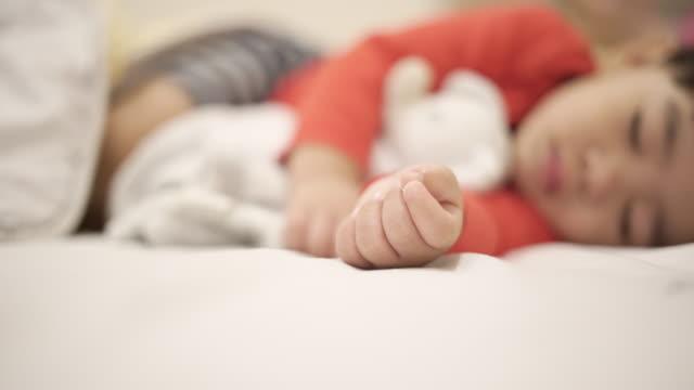 stockvideo's en b-roll-footage met schattige babyjongen slapen in slaapkamer - alleen één jongensbaby