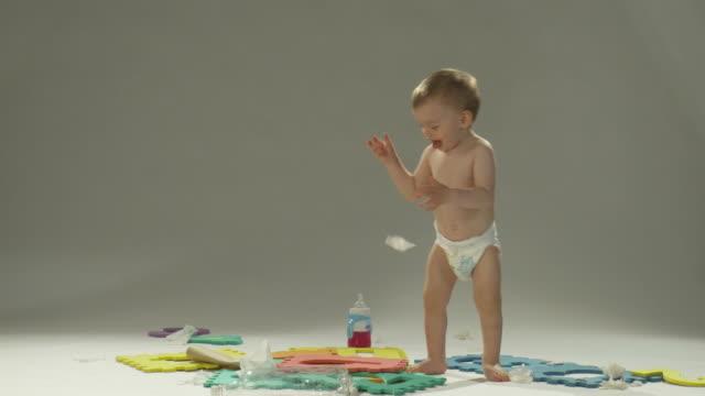 stockvideo's en b-roll-footage met hd: cute baby boy - 1 minute or greater