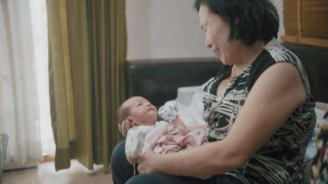 vídeos y material grabado en eventos de stock de lindo niño con abuela - recién nacido 0 1 mes