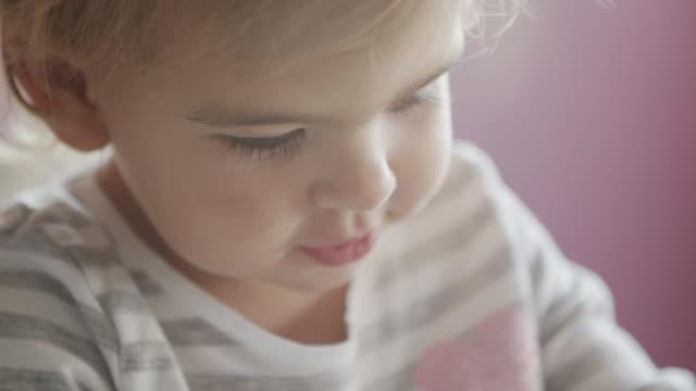 cu cute baby eating and smiling - 食事点の映像素材/bロール