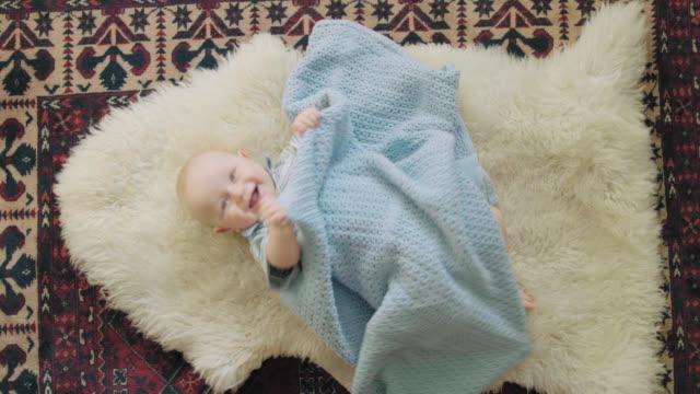 vídeos de stock, filmes e b-roll de risos de bebê fofo na câmera - só um bebê menino
