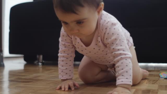 vídeos de stock, filmes e b-roll de menina bonita em casa - bebês meninas