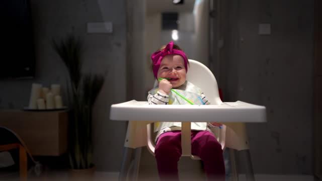 nettes baby mädchen beißen einen strohhalm, weil sie einen schmerz der zähne - weibliches baby stock-videos und b-roll-filmmaterial