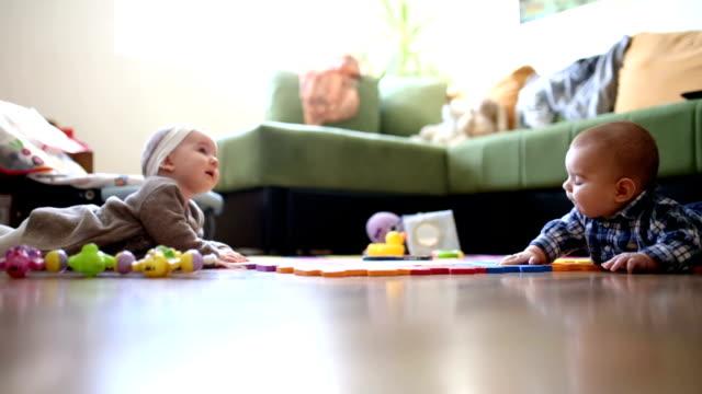 cute baby girl im wohnzimmer krabbeln - nur babys stock-videos und b-roll-filmmaterial