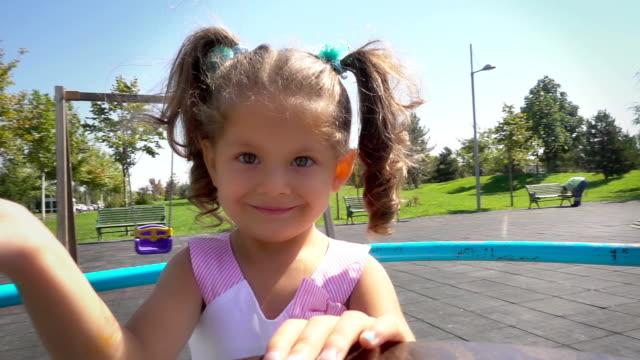 vidéos et rushes de mignonne petite fille en terrain de jeu - children only