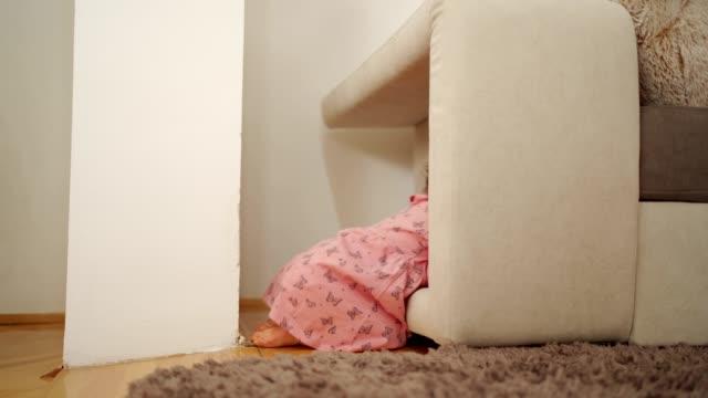 vídeos y material grabado en eventos de stock de linda niña jugando - una sola niña bebé
