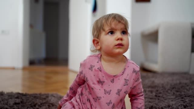 vídeos y material grabado en eventos de stock de linda niña - una sola niña bebé