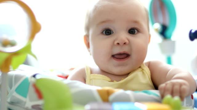 söt baby spelar leksaker - endast en flickbaby bildbanksvideor och videomaterial från bakom kulisserna