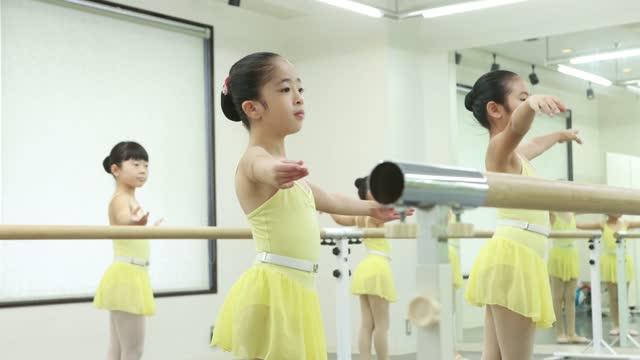 stockvideo's en b-roll-footage met cute ballerinas at ballet dance class in asia - 35 39 years