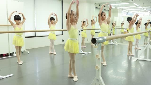 stockvideo's en b-roll-footage met cute ballerinas at ballet dance class in asia - 6 7 years