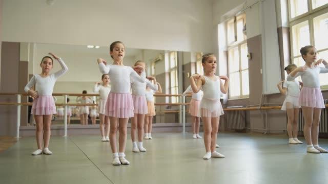 バレエクラスのかわいいバレリーナ - バレエ練習用バー点の映像素材/bロール