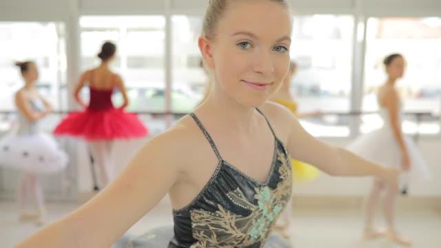 süße ballett tänzerin mädchen - gymnastikanzug stock-videos und b-roll-filmmaterial