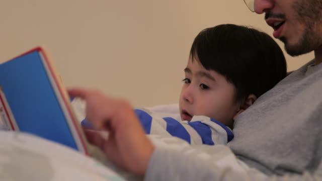 stockvideo's en b-roll-footage met leuke bedtime routine - leesbril