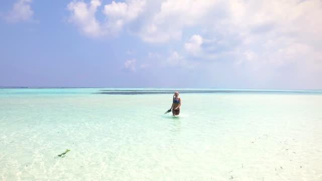 Süße blonde Mädchen im Urlaub, Malediven