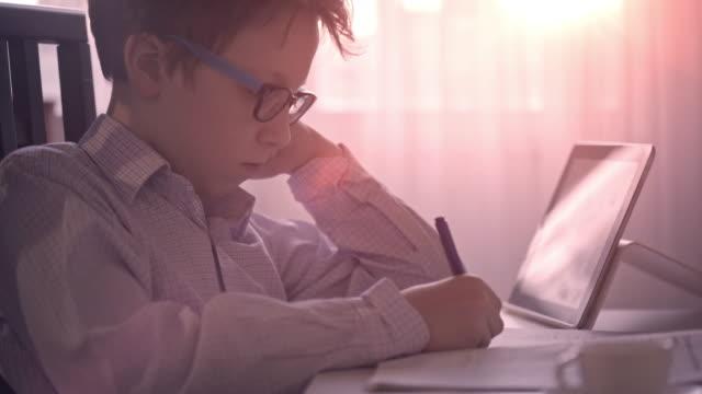 vídeos y material grabado en eventos de stock de lindo niño de hacer sus deberes - matematicas