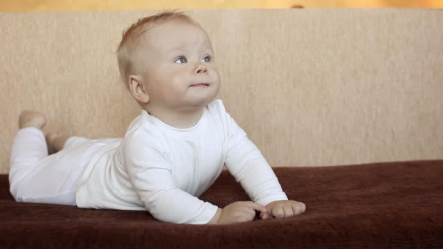 vídeos de stock e filmes b-roll de rapaz engraçado, num sofá - só um bebé menino