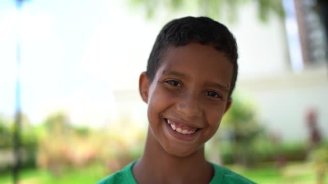かわいい男の子の肖像画 - パルド人点の映像素材/bロール