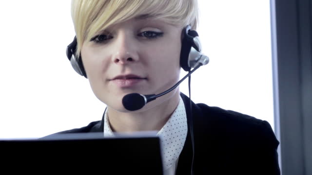 stockvideo's en b-roll-footage met cute business customer service woman smiling - uitbesteding