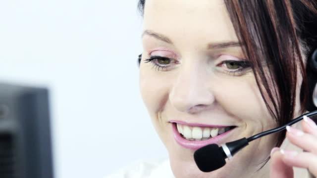 vídeos de stock, filmes e b-roll de linda mulher de negócios sorridente de atendimento ao cliente. - coleira de pescoço de cachorro