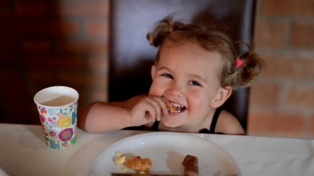 niedlichen kind essen auf der geburtstagsparty - tasse oder becher stock-videos und b-roll-filmmaterial