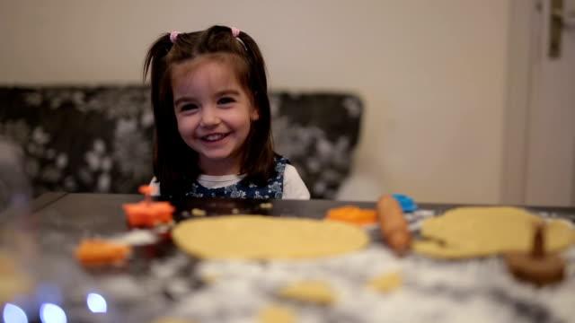 vídeos de stock, filmes e b-roll de bonita criança fazendo biscoitos de natal - 2 3 anos