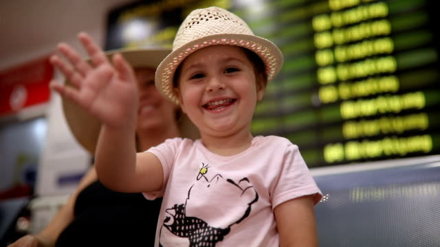 vídeos de stock e filmes b-roll de cute child on a airport kissing and waving - cheerful