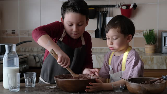 nette kinder, die kuchen in der küche - türkei stock-videos und b-roll-filmmaterial