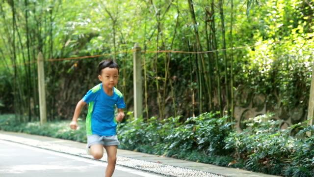 vídeos de stock, filmes e b-roll de bonitos crianças brincando no parque, hd slow motion - só um menino