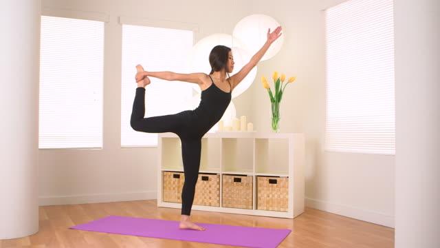 vídeos y material grabado en eventos de stock de cute chinese woman doing yoga: lord of the dance - centro de yoga