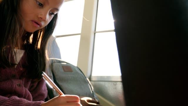 stockvideo's en b-roll-footage met cute elementary school meisje op schoolbus - bus