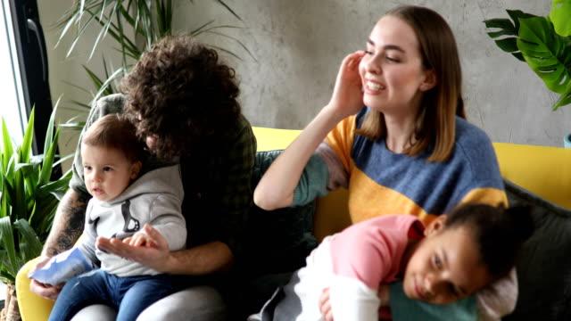 nette familie schaut gemeinsam fern - schwester stock-videos und b-roll-filmmaterial