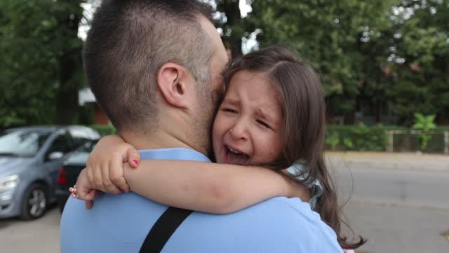vídeos y material grabado en eventos de stock de chica linda llorando mientras papá la sostiene en sus brazos - 2 3 años