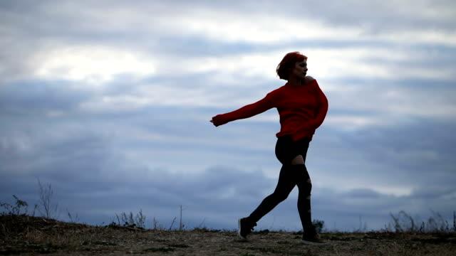 公共の公園で踊るかわいい女の子 - バレリーナ点の映像素材/bロール