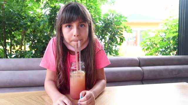 vidéos et rushes de cocktail mignon de boisson de fille - seulement des petites filles