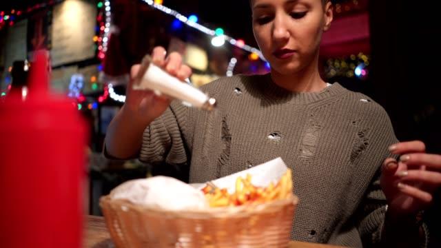 süße mädchen, die brände in der kneipe mit freunden essen - fast food stock-videos und b-roll-filmmaterial