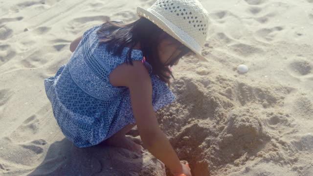 niedliche mädchen spielt und am strand genießen. - schaufel stock-videos und b-roll-filmmaterial