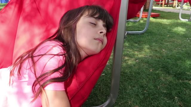 vidéos et rushes de fille mignonne dormant pour se garer - seulement des petites filles