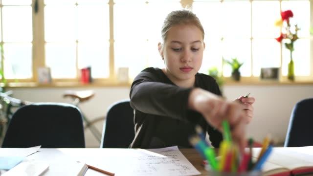 vidéos et rushes de fille mignonne étudiant seule à la maison - cours de mathématiques