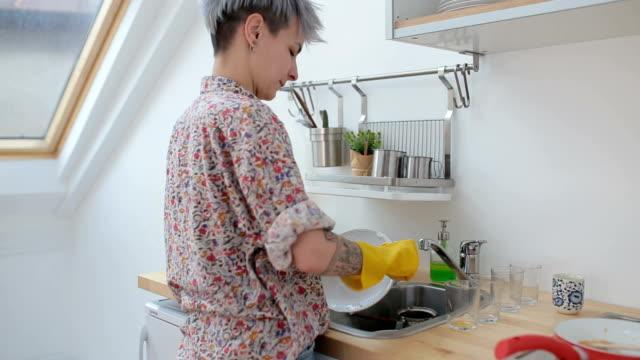 Süße Mädchen beim Abwasch nach dem Frühstück