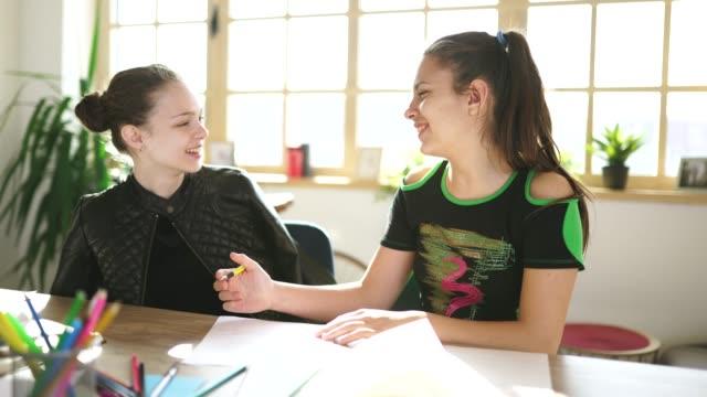 vidéos et rushes de étudiants mignons de filles sur la classe dans l'école privée - mathématiques