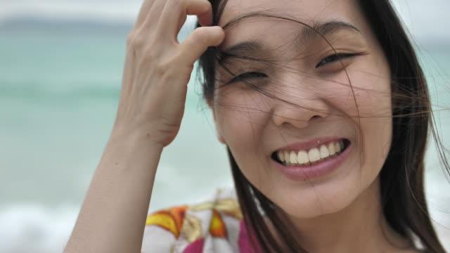 ビーチに笑顔かわいい日本人女性 - 女性点の映像素材/bロール